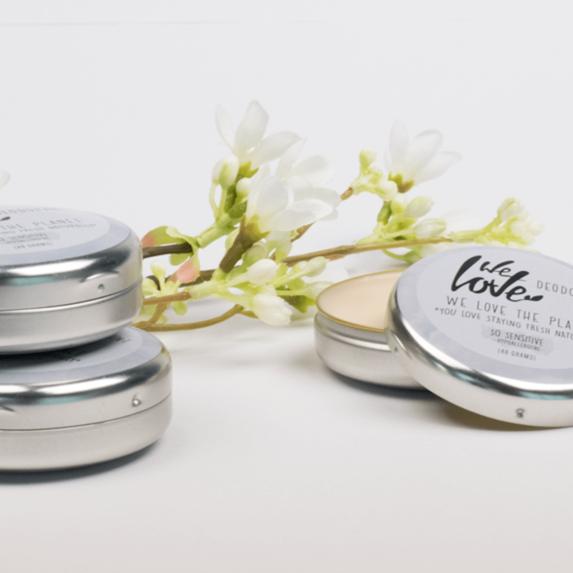 Natuurlijke Deodorant Blikje So Sensitive (sfeer) - We Love The Planet
